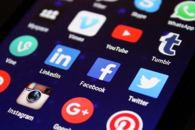réseaux sociaux pour développer les relations avec les clients